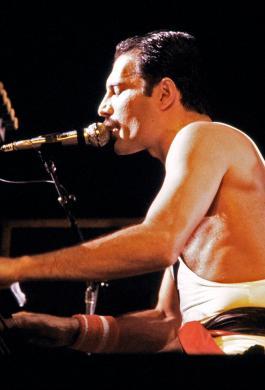 Freddie Mercury durante un concierto con Queen, el 18 de septiembre de 1984 en el Estadio Palais Omnisports de Paris-Bercy, en París (Francia)