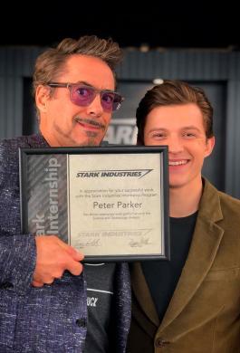Tony Stark cuida de Peter Parker