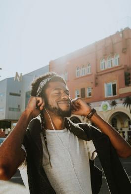 Hombre escuchando música