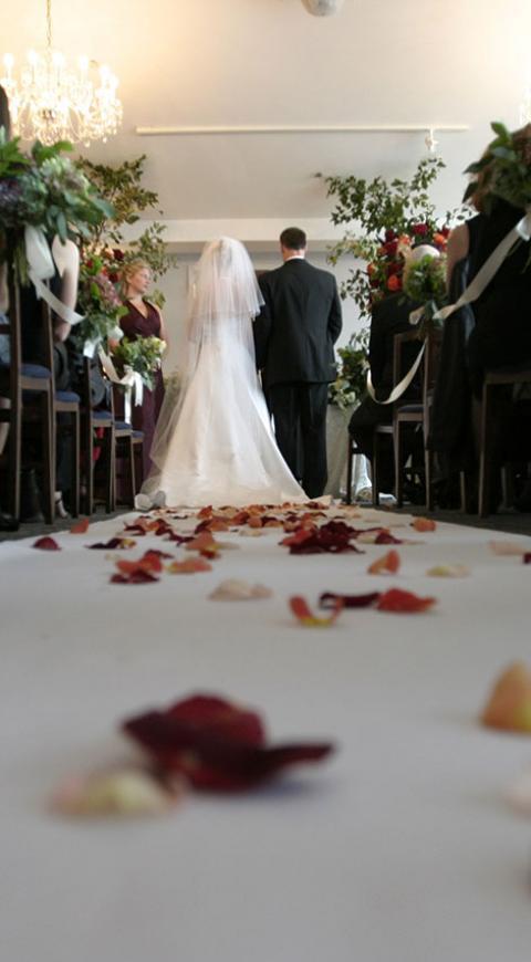 Image result for Mujer pide permiso a su esposo para abrazar a su ex ¡En plena boda!