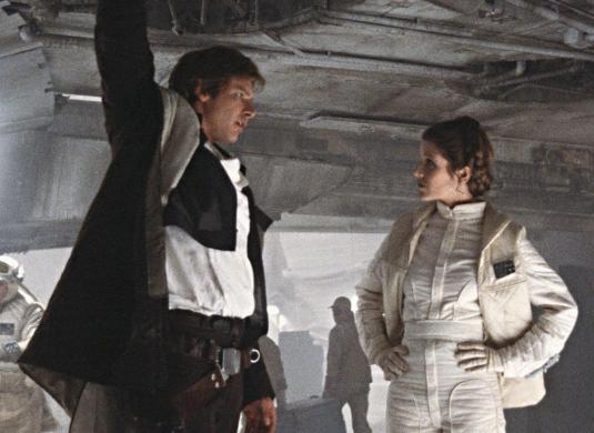 Han Solo y Leia Organa en la base rebelde