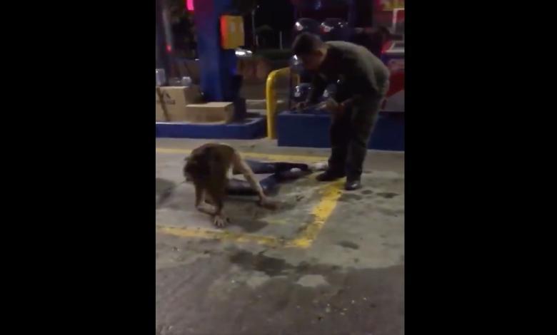 Policía realiza exorcismo en estación de gasolina de Colmbia