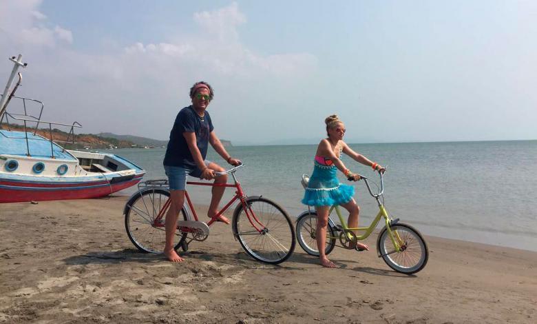 Carlos Vives y Shakira en bicicleta