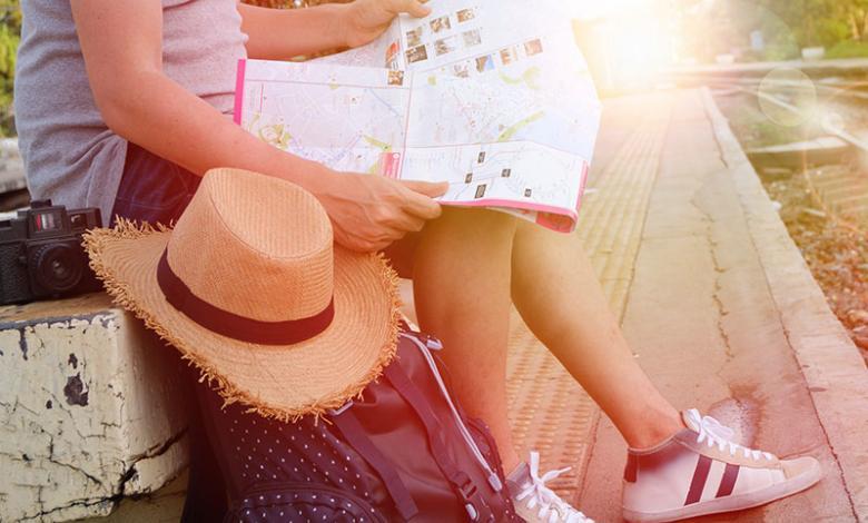Viajero mirando un mapa