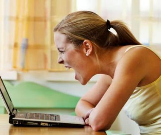 Mujer frente al computador