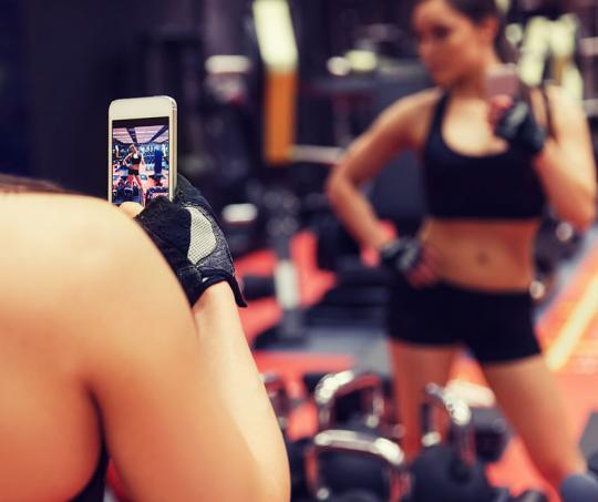 Gente se toma selfies en el gimnasio
