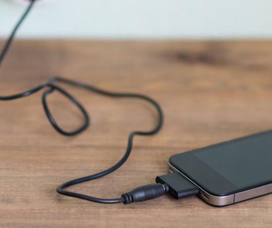 Celular cargando batería