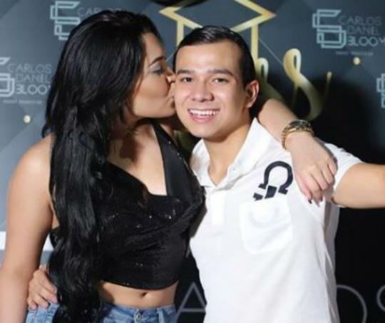 Ana del Castillo junto al hijo de Carlos Bloom, manager de Silvestre Dangond