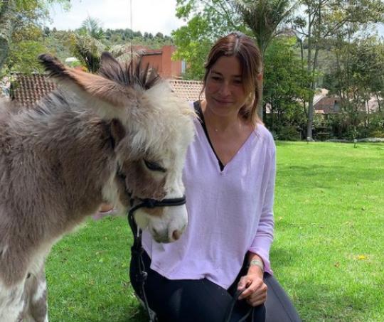 Kathy Sáenz y su nueva mascota