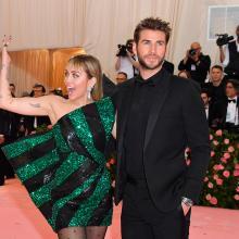 Miley Cyrus junto a su esposo en la Met Gala