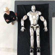 Adam Savage y armadura de Iron Man