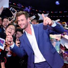 Chris Hemsworth con lo fans de Avengers