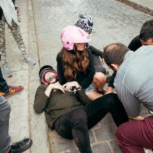 Sebastián Yatra en el suelo con Tini Stoessel