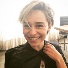 La actriz fue sorprendida durante un juego de baloncesto donde la mascota de uno de los equipos bromeó con el error que se vio en 'Game of Thrones'