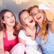 jóvenes tomándose una selfie