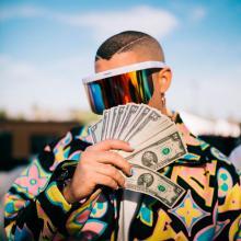 Bad Bunny con dinero