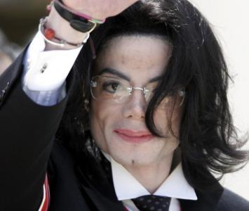 El escritor afirma que hay falsos testimonios dentro del material audiovisual sobre los presuntos abusos sexuales que cometió el cantante.