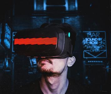 Persona usando la realidad virtual