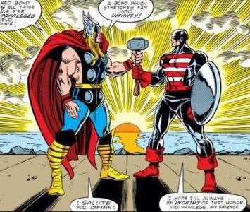 Capitán América sostiene martillo de Thor