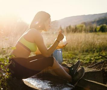 Una mujer hace ejercicio y se alimenta