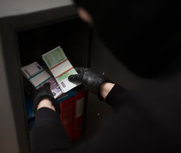 Ladrón abre caja fuerte