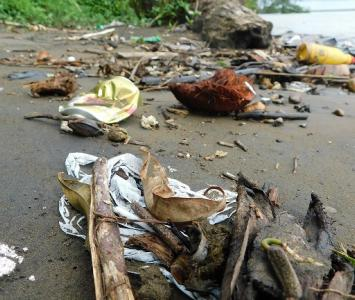 Basura en la playa del río El Valle, Bahía Solano, Chocó.