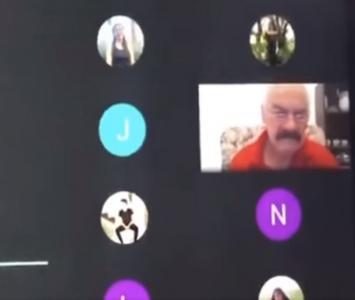 Profesor recibió sentido homenaje en clase virtual y terminó llorando