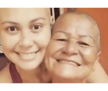Madre se rapó para apoyar a su hija con cáncer.