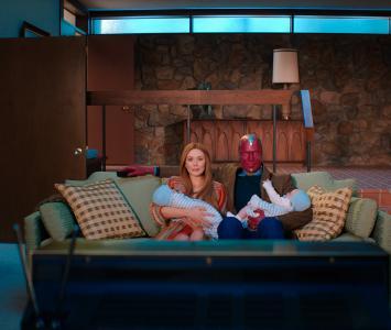 Wanda y Vision en la sala de su hogar