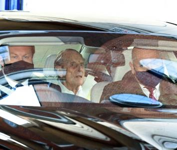 Príncipe Felipe, esposo de la Reina Isabel, saliendo del hospital