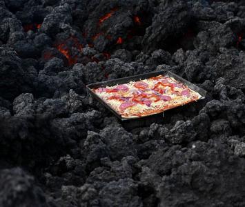 Pizza es cocinada al calor de un volcán en Guatemala