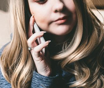 Chica habla por celular