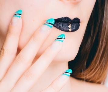 Mujer luce su diseño de uñas