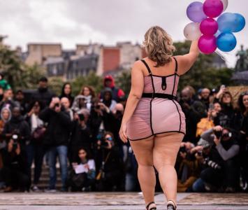 Modelos gorditas desfilaron en la Torre Eiffel con lencería.