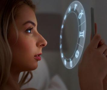Mujer mirando su horóscopo