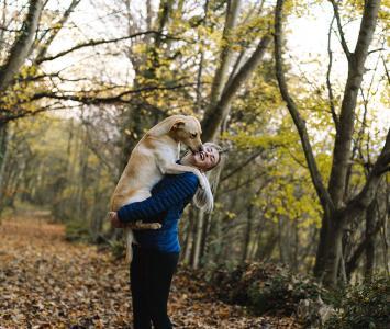 Perro es feliz con su ama