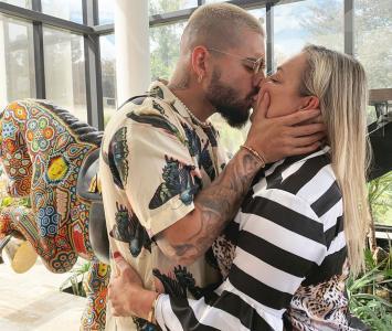 Maluma le dio un besó a su mamá en la boca