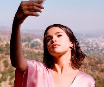 Selena Gómez tomándose una selfie