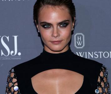 La modelo fue vista junto a su pareja transportando un curioso objeto sexual.