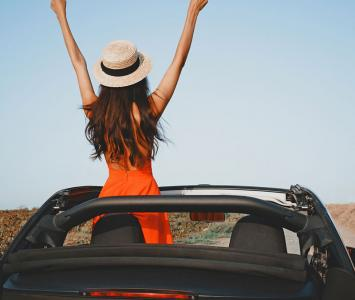 Mujer viaja en un carro