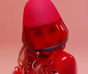 La cantante lanzó su nuevo video musical en tonalidades rojas y plateadas.