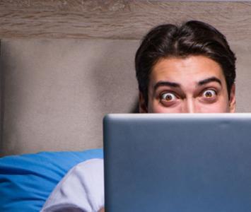 Hombre viendo videos en su pc