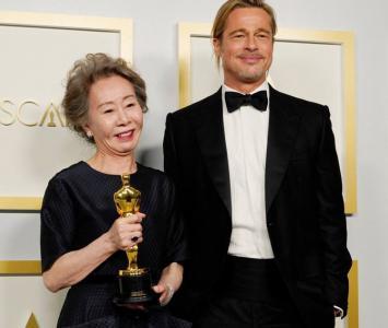 Yuh-Jung Youn y Brad Pitt en los Óscar