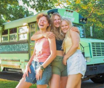 Tres jóvenes que tenían el mismo novio se va de viaje juntas